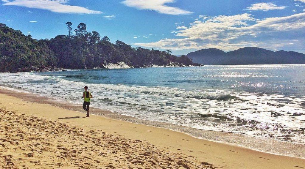 O diferencial da prova é a preocupação em diminuir os impactos ambientais, limpando as praias que fazem parte do trajeto (Divulgação)