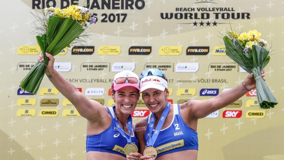 Ouros brasileiros no vôlei de praia e triunfos de promessas do tênis são destaques do fim de semana esportivo