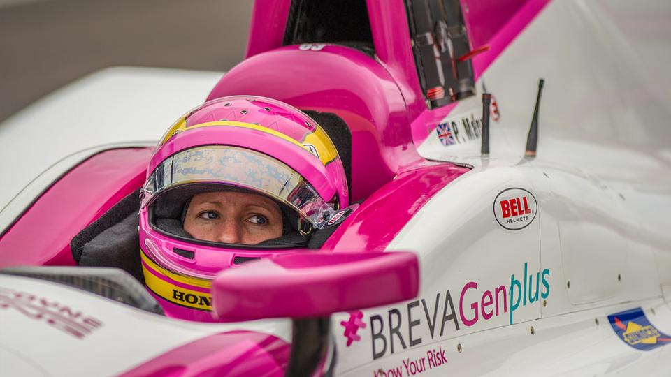 Única mulher no grid das 500 Milhas de Indianápolis leva o combate ao câncer de mama às pistas