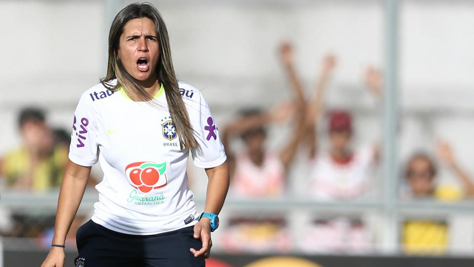'Tenho a responsabilidade de representar todas as mulheres', diz treinadora da Seleção Brasileira em entrevista exclusiva