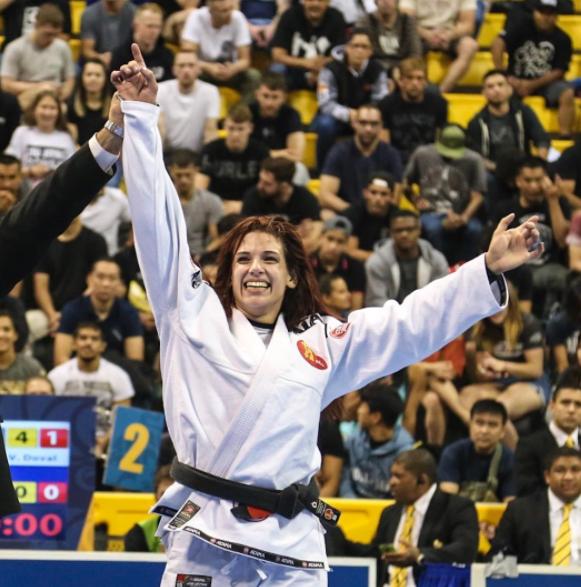 Claudinha, novata na faixa preta e já campeã mundial em sua categoria. (Foto: Instagram @graciemagazine)