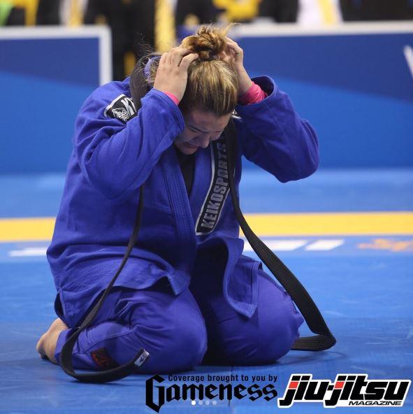 Tayane fatura ouro duplo na faixa preta. (Imagem: Jiu-Jitsu Magazine)
