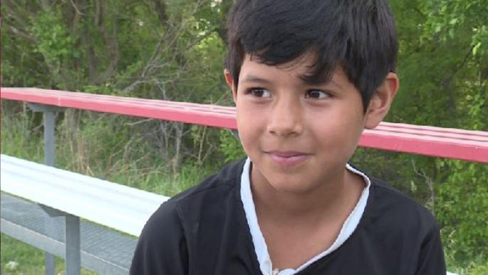 Banida de torneio de futebol nos EUA por 'se parecer com um menino', garota de 8 anos recebe apoio de estrelas do esporte