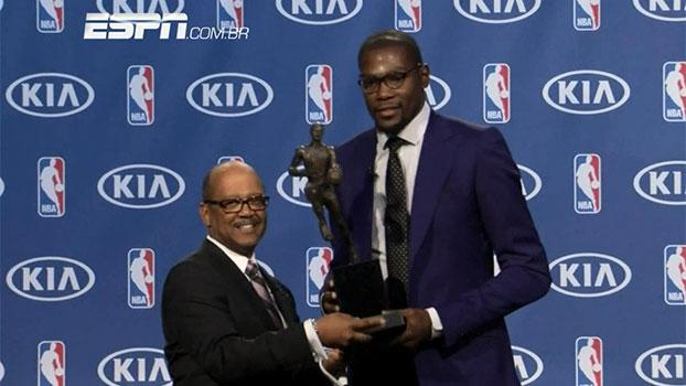 Emocionado, Durant dedica o prêmio à mãe: 'você é a verdadeira MVP'
