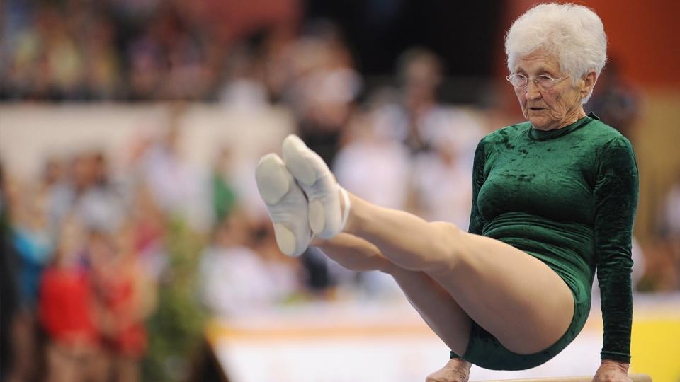 Ginasta de 91 anos desafia a idade e impressiona em apresentação nas barras paralelas