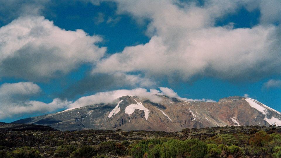 Futebol nas alturas: mulheres jogarão partida no Monte Kilimanjaro em altitude recorde