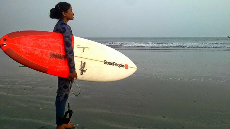 Mulher inspiradora: expulsa de casa aos sete anos, Nasima Akter faz de seu amor ao surfe um exemplo para jovens de Bangladesh