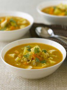Sopas, caldos e cremes de legumes e raízes são uma forma saudável de se aquecer (Getty Images)