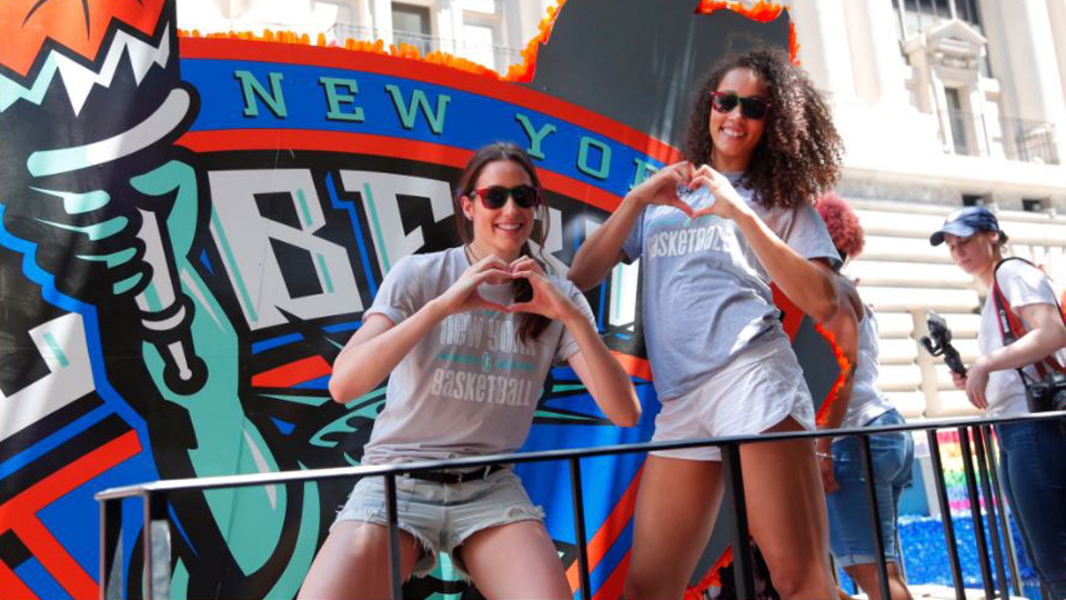 Esporte e igualdade: equipe da WNBA faz história na Parada do Orgulho LGBT em Nova York