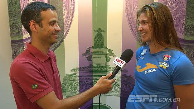 Bia Haddad fala sobre lesão de parceira na vitória nas duplas e comenta presença de namorado nas arquibancadas