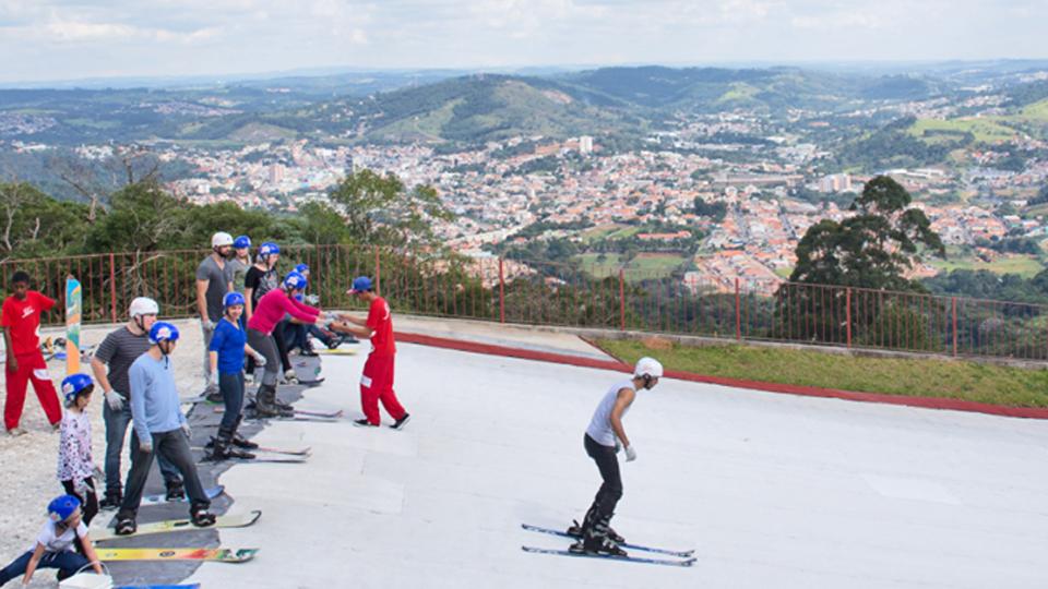 Dica de esporte: em São Roque você não precisa de neve para esquiar
