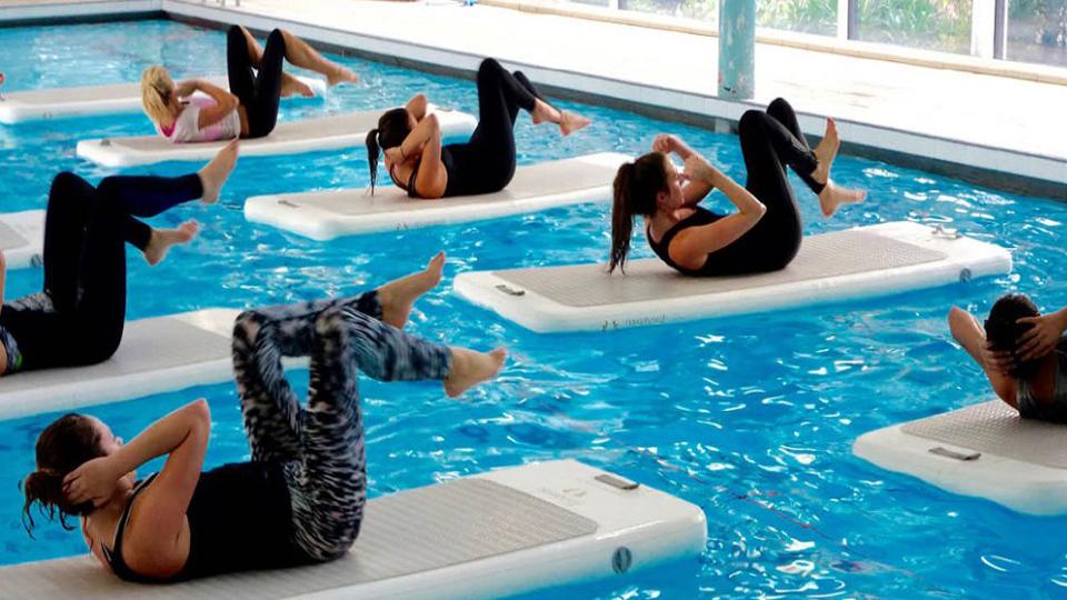 Conheça o Acqua Float, um treino funcional em cima de uma prancha na piscina