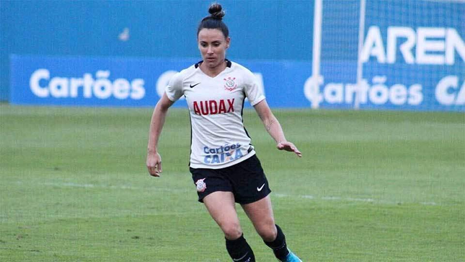 Ela já venceu time de meninos, joga no Corinthians, mas ainda sonha com carteira assinada