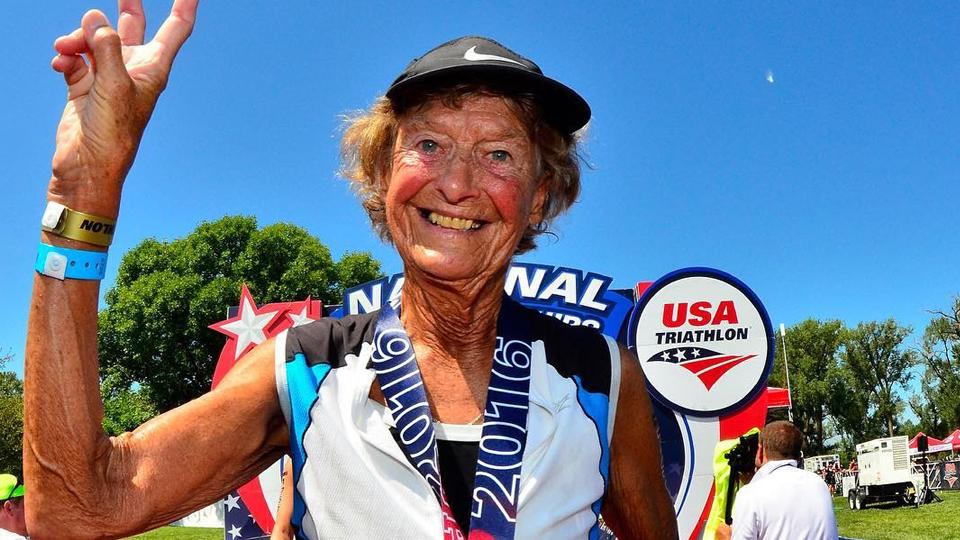 Mulher inspiradora: Aos 87 anos, Sister Madonna é um ícone das provas de triatlo